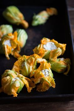 jamie oliver's crispy zucchini flowers stuffed with spicy ricotta & mint Fried Zucchini Flowers, Zucchini Blossoms, Jamie Oliver Zucchini, Stuffed Squash Blossoms, Chinese Vegetables, Cooking Recipes, Healthy Recipes, Healthy Food, Cooking Pasta