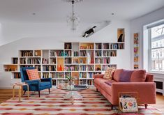 Ten living rooms with practical and beautiful built-in storage White Bookshelves, Built In Shelves, Built In Storage, Bookcase, High Design, Row House Design, Media Room Seating, Fold Out Beds, Peaceful Bedroom