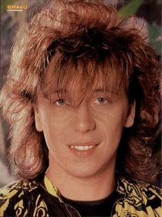 Steve Askew (December 9, 1957) British guitarist, o.a. known from the band Kajagoogoo.