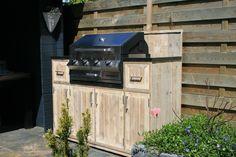 Geniet optimaal deze zomer! Een super buitenkeuken van steigerhout, door 'Krekt op Maat' op maat gemaakt.