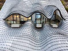 MAISON D'ARCHITECTE.  Comme un animal imaginaire posé sur une colline au sud de l'Espagne, cette maison couverte d'écailles de zinc joue de ses courbes. Construite à flanc de falaise, la villa est ... #BatiActu