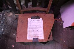 Lesestoff und Sitzgelegenheit #Leipzig #alt #verlassen #old #rotten #lostplace #abandoned #momentaufnahme