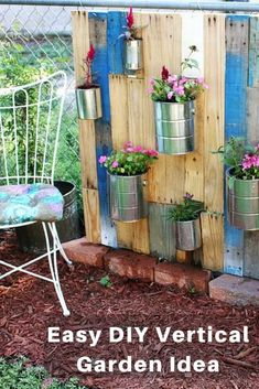 Pallet Vertical Garden Vertical Pallet Garden great idea for better privacy cover up ugly chainlink! The post Pallet Vertical Garden appeared first on Pallet Ideas. Jardin Vertical Pallet, Jardim Vertical Diy, Vertical Garden Design, Vertical Gardens, Small Gardens, Palette Deco, Gardening For Beginners, Cool Diy, Easy Diy