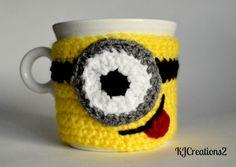 So stinkin' cute! A minion mug cozy 😍 Crochet Coffee Cozy, Crochet Cozy, Crochet Gifts, Cute Crochet, Crochet Yarn, Crochet World, Knitting Patterns, Crochet Patterns, Minion Crochet