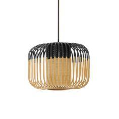 Suspension très petit modèle composée d'un diffuseur cylindrique en bambou tressé noir et tissé naturel, d'un abat-jour en tiges de bambou ajourées naturelles et noires et d'un câble de suspen...
