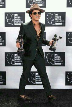 Bruno Mars winner of two  awards of the MTV VMAs