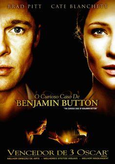 Nova Orleans, 1918. Benjamin Button (Brad Pitt) nasceu de forma incomum, com a aparência e doenças de uma pessoa em torno dos oitenta anos mesmo sendo um bebê. Ao invés de envelhecer com o passar do tempo, Button rejuvenesce. Quando ainda criança ele conhece Daisy (Cate Blanchett), da mesma idade que ele, por quem se apaixona. É preciso esperar que Daisy cresça, tornando-se uma mulher, e que Benjamin rejuvenesça para que, quando tiverem idades parecidas, possam enfim se envolver…
