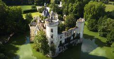 La France jouit d'un extraordinaire patrimoine, dont ses châteaux sont sûrement les pièces maitresses. L'un deux, le château de la Mothe-Chandeniers, semble tout droit sorti d'un conte de fées. SooCurious vous présente cet incroyable &eacut...