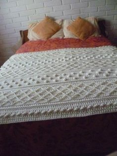 Pie de cama en crochet estilo Irlandés Easy Crochet, Knit Crochet, Manta Crochet, Bed Runner, Cozy Bed, Homemade Crafts, Knitted Blankets, Bed Spreads, Basket Weaving