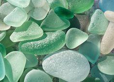 Playa de vidrio en California -  Cerca de Fort Bragg, esta playa es consecuencia de miles de botellas arrojadas durante años por los residentes locales, mismas que terminaron en cristales erosionados por el oleaje hasta producir este efecto.