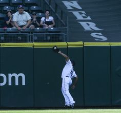 Eric Thames defensive play of the game on 1st AB. #Mariners #KingFelix #Perfecto