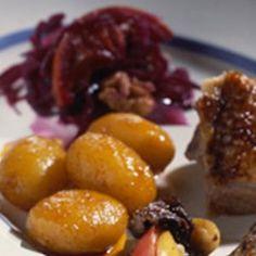 Andesteg med appelsinbrunede kartofler og rødkål med valnødder opskrift