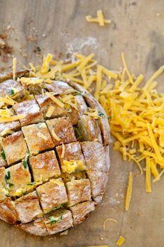 Hvitløksbrød i ny drakt - Mat På Bordet Grated Cheese, Garlic Bread, Starters, Side Dishes, Pork, Pizza, Yummy Food, Snacks, Baking