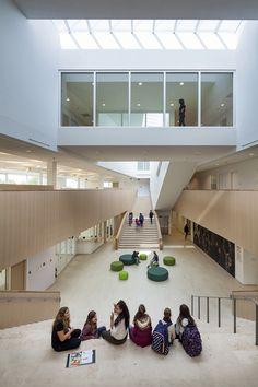 De Scholencampus te Peer behelst een secundaire school, een basisschool, een sport complex en een internaat en heeft een omvang van ca 18.000 m2. Het project is vormgegeven als een landschappelijk ensemble, waarbij de sportvelden, speelpleinen en een openbaar park