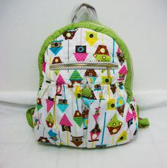 Esta linda mochilinha é feita toda em tecido importado