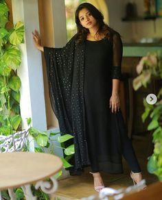 Best 12 Fashion dress selection of designer dresses – SkillOfKing. Long Dress Design, Dress Neck Designs, Stylish Dress Designs, Designs For Dresses, Stylish Dresses, Blouse Designs, Indian Gowns Dresses, Indian Fashion Dresses, Indian Designer Outfits