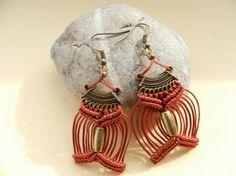 Pendientes de macramé de hilo de algodón y base y cuenta de metal. www.singularts.es Macrame Earrings Tutorial, Macrame Tutorial, Earring Tutorial, Macrame Necklace, Macrame Jewelry, Macrame Bracelets, Handmade Bracelets, Jewelry Knots, Thread Jewellery