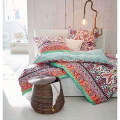In Farben schwelgen: mehrfarbige florale Ornamentmuster an der Vorderseite, wie Fischschuppen wirkendes Muster in Türkis und Blau an der Rückseite.