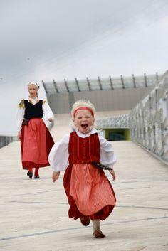 Girl and woman of Virolahti wearing their traditional costumes, Finland We Are The World, People Around The World, Finland Culture, Folk Fashion, Family Costumes, Folk Costume, My Heritage, Helsinki, Folklore