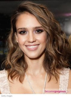 Whether Jessica Alba is acting as a superhero in the film or playing the role of a super mom, she is always spotted with her stunning hairstyles. Here are the top 21 Jessica Alba. New Mom Haircuts, Long Bob Haircuts, Long Bob Hairstyles, Celebrity Hairstyles, Jessica Alba Hairstyles, Wave Hairstyles, Prom Hairstyles, Corte Long Bob, Wavy Bob Long