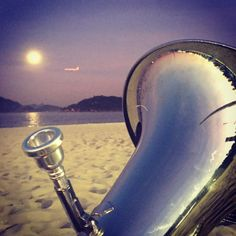 Há dias que a noite ilumina os sonhos. Desnuda a alma. Transforma os medos em canção e então, tudo é poesia. É a esperança convidando o mar pra uma dança. #carioca #bombardino #rio #rio40graus #riodejaneiro #errejota #euphonium #praia #praiadoflamengo #practice #music #mar #beach #beachday #igaddict #carioca #lua #luacheia #céu #moon #brazil #travel #travelgram #goodnight