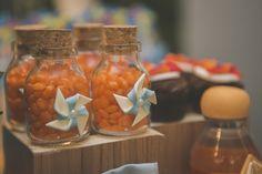 """O tema """"Balões, pipas e cataventos"""" que a Marina e o Fernando escolheram para a festinha de 1 ano do Fernandinho foi um verdadeiro encanto! A combinação das cores azul, laranja e suas variações, ficou muito harmônica, alegre e divertida, do jeito que este tipo de celebração deve ser. Os detalhes em folhagens naturais verdes …"""
