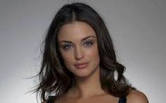 Los Personajes: Esta es Mariana. Ella es guapa y joven. Trabajaba como aparcera y se casó con Antonio porque quería tener una vida mejor, pero es infiel. Es una personaje compleja.