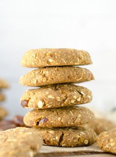 These soft and delicious, Gluten-Free Vegan Chickpea Breakfast Cookies are made with just a few healthy ingredients: oats, dates, pumpkin and chickpeas. Breakfast Smoothies, Vegan Breakfast Recipes, Delicious Vegan Recipes, Breakfast Ideas, Vegan Recepies, Tasty, Healthy Snacks For Kids, Healthy Desserts, Healthy Meals
