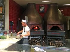 Pizza can be simple, it can be gourmet but it always has to be good. Baked in wodd ovens and with high-quality ingredients, go to the places we recommend for great pizza in Florence Mr Pizza, Pizza Pizzeria, Mister Pizza, Florence Food, Great Pizza, Liquor Cabinet, Drinking, Italy, Design