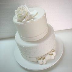 Bolo de noivado com rosa e laço de açúcar #noivado #bolo #bride #engagementcake #cake #fondant #bolodecorado #wedding #miniwedding #weddingcake