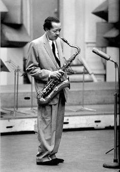 "New York, 1950 Lester Willis Young (August 1909 – March nicknamed ""Pres"" or ""Prez"", was an American jazz tenor saxophonist and sometime clarinetist. Jazz Artists, Jazz Musicians, Music Artists, Top Artists, Music Words, My Music, Music Pics, Music Images, Young Paris"