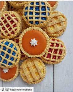 Mini pies 🥧 Yes please! How perfect are these mini cookies from the talented Check out her page for more cookie… Fall Decorated Cookies, Fall Cookies, Mini Cookies, Iced Cookies, Cute Cookies, Holiday Cookies, Cupcake Cookies, Halloween Cookies, Thanksgiving Cookies