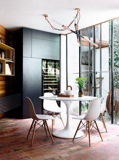 Salle à manger avec sol en briques et verrières