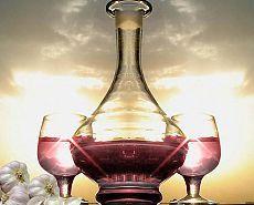 Настойка чеснока на красном вине. Ликер с чесноком, настоянный на красном вине помогает вывести соли из организма, повышает работоспособность, очищает кровь, улучшает , укрепляет сосуды и сердце, дарит организму тонус, улучшает обмен веществ, употребляется при женских воспалительных процессах.