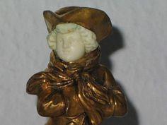 Eine seltene und einzigartige Bronzefigur des Schlittschuhläufersmit Gesicht aus Bein und Feuervergoldung.Anfang des XX Jahrhunderts. Auffällige und sehr detaillierteArbeit des Masters. Ein wunderbarer Blickfang und eininteressantes Sammlerstück für den Art Deco Liebhaber.Höhe ca. 16,0 cm.