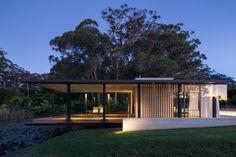 Wirra Willa est un petit pavillon situé à Somersby en Australie, sur une propriété utilisée autrefois comme verger. Conçu par l'architecte Matthew Woodward pour son père, le pavillon abrite 72m2 et il est entouré par 36m2 de terrasse. La source d'inspiration de l'architecte était la Fansworth House, conçue par Mies van der Rohe en 1951. Tout comme la célèbre demeure de Mies, la villa semble flotter au-dessus du paysage et de l'étang.