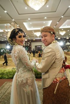 Pernikahan Adat Jawa Tantia dan Elno di Jakarta Javanese Wedding, Indonesian Wedding, Diy Wedding, Wedding Photos, Traditional Wedding, Dan, Wedding Decorations, Culture, Costumes