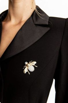 brooch on jacket Fashion Editor, New Fashion, Classic Style, Style Me, Book Aesthetic, Queen Bees, Wearing Black, Fascinator, Classy