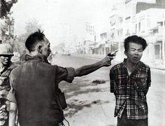 """Execução em Saigon""""O coronel assassinou o preso; mas e eu... assassinei o coronel com minha câmara? - Palavras de Eddie Adams, fotógrafo de guerra, autor desta foto que mostra o assassinato, em 1 de fevereiro de 1968"""
