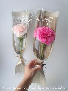 Мастер-классы Aliya Sweets * Цветы из бумаги *  Мастер-класс по созданию гвоздики с конфетой двумя способами и упаковки. 70 фотографий высокого качества с детальным пошаговым описанием процесса изготовления цветка двумя способами, а так же изготовления интересного подарочного кулька под цветок. Single Flower Bouquet, Felt Flower Bouquet, Bouquet Wrap, Diy Bouquet, Felt Flowers, Diy Flowers, Flower Decorations, Paper Flowers, How To Wrap Flowers