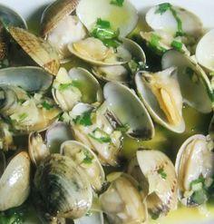 Quick, easy and mostly healthy. Clam Recipes, Seafood Recipes, Cooking Recipes, Healthy Recipes, Food C, Love Food, Shellfish Recipes, Portuguese Recipes, Portuguese Food