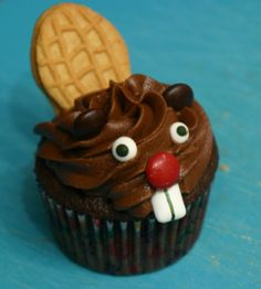 Chocolate Beaver Cupcakes -- these would be so fun to make when Skyler comes home.the laughs we will get! Or when he graduates.how fun! Cupcakes Design, Cupcake Wars, Cupcake Cookies, Frosted Cookies, Butter Cupcakes, Canada Day Party, Dessert Oreo, Decoration Patisserie, Chocolate Cupcakes