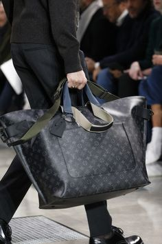 Louis Vuitton Fall 2016 Menswear Fashion Show – Men's style, accessories, mens fashion trends 2020 Sneakers Outfit Work, Sneakers Fashion, Fashion Bags, Mens Fashion, Fall Fashion, Travel Fashion, Fashion Trends, Louis Vuitton Shoes Sneakers, Men's Totes