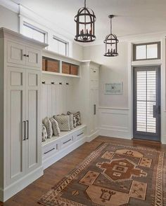 } Clean, Crisp & Organized Farmhouse Style Decor Ideas Modern Farmhouse Mudroom design in the foyer – Clutter-free Farmhouse Decor Ideas Country Farmhouse Decor, Modern Farmhouse Kitchens, Farmhouse Style Decorating, Farmhouse Ideas, White Farmhouse, Modern Farmhouse Style Mudroom, Country Modern Decor, Farmhouse Addition, Cottage Kitchens