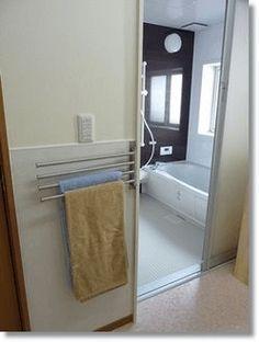 単なるお風呂にはいるまでの、衣類の着脱だけの場所になりがちな脱衣所。狭いからこそ、オシャレで快適な空間にしないともったいない!ですよね。しっかりと収納スペースは確保しつつも狭く感じさせない脱衣所の収納ワザをご紹介いたします。 Small Space Organization, Bathroom Organization, Storage Spaces, Laundry In Bathroom, Washroom, Japanese Interior Design, Space Interiors, Room Interior, Small Spaces