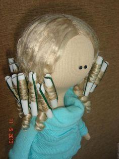А как вы делаете прически своим куколкам..?? Если кому интересно - я поделюсь своим опытом как я мастерила кукольные 'бигуди'..Для создания бегудей нам понадобятся: 1. Палочка для воздушного шарика. На таких обычно покупаю шарики своему сынишке в парке.. Или любая другая трубочка нужного диаметра.. Только чтобы её можно было резать ножницами. 2. Собстве…