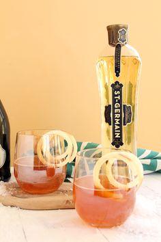 4 oz apple cider 3.5 oz Asti sparkling wine 1 oz St. Germain 3 ice cubes 2 spirals of spiralized apple, using Blade B