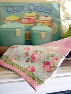 Cupcakes and a shabby chic style tea towel - Wow! by Decorative Towels - Shabby Chic Kitchen, Vintage Shabby Chic, Shabby Chic Homes, Shabby Chic Style, Shabby Chic Decor, Dish Towels, Tea Towels, Hand Towels, Sewing Crafts