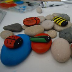 Paso a paso para hacer unos simpáticos insectos con piedras de río. #manualidades #piedrasrio, #naturaleza, http://abt.cm/1VnUHFU