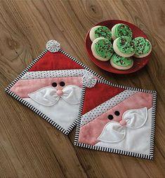Crochet Christmas Placemats Mug Rugs 53 Trendy Ideas Christmas Mug Rugs, Christmas Patchwork, Christmas Placemats, Crochet Christmas, Christmas Quilting, Quilted Christmas Ornaments, Christmas Kitchen, Cozy Christmas, Christmas Ideas